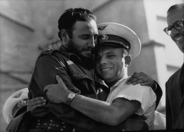 Yuriy Qaqarin Fidel Kastro ilə birgə.